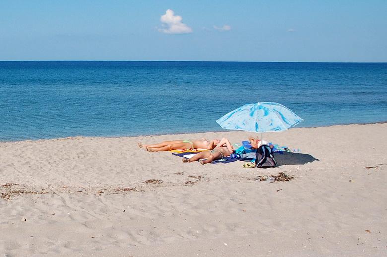 Грудастые девушки на пляже фото