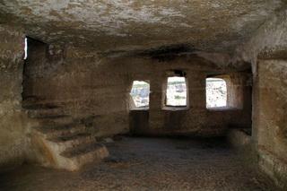 Экскурсия Бахчисарай Успенский монастырь Чуфут Кале, фото комната-пещера Чуфут кале